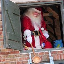 0b33a120 Han har sovet hele året på loftet i Jon og Dittes Hus. I huset sælges der  julepynt m.m. i stalden og jagtstuen fyldes af glade mennesker, ...